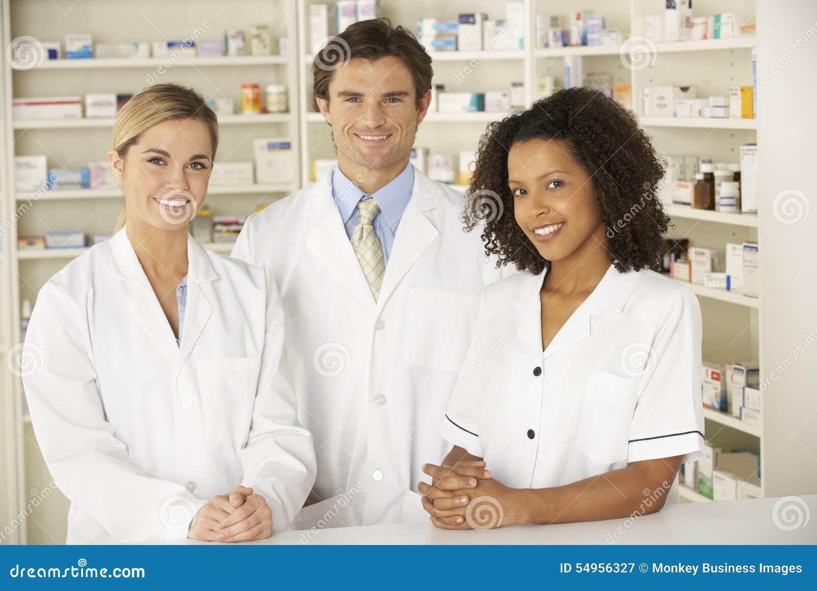 Enfermera y farmacéuticos que trabajan en farmacia
