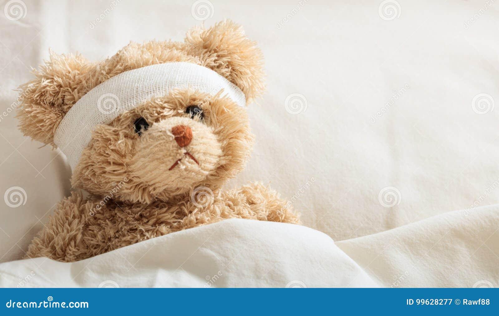 Enfermo del oso de peluche en el hospital