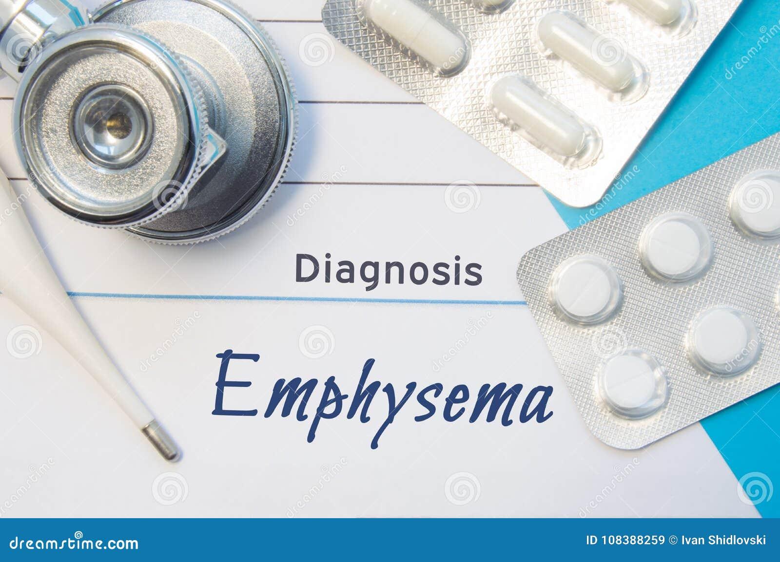 Enfisema do diagnóstico Medique o estetoscópio do ` s, o termômetro eletrônico e as duas bolhas dos comprimidos que encontram-se