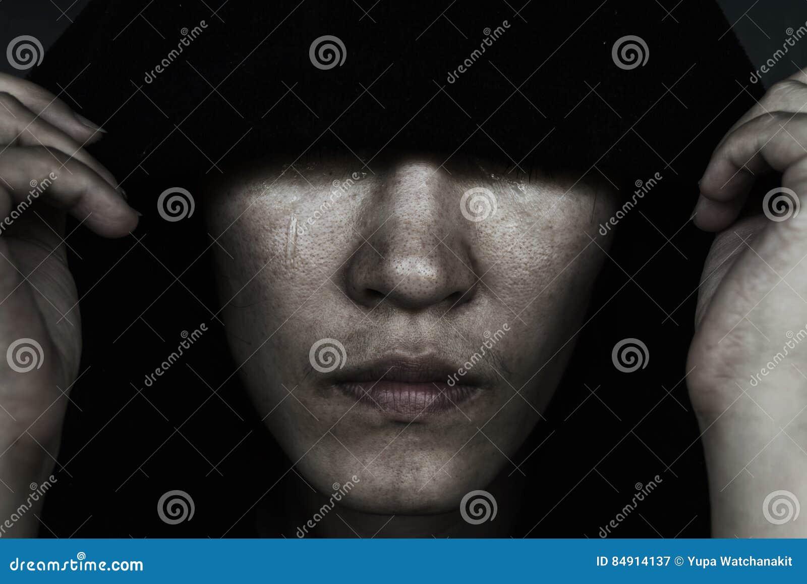 Femme En Larme enfoncez la femme dans le capot avec la larme image stock - image du