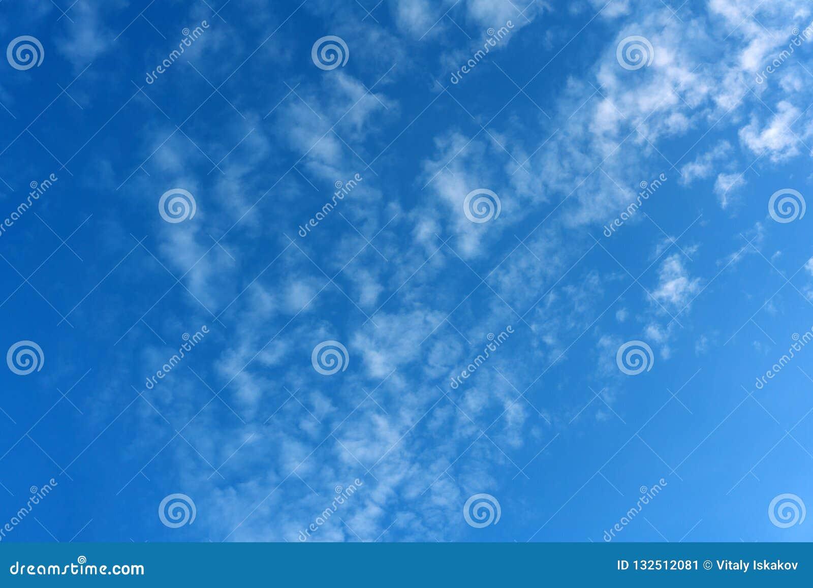 Engångs- blåa fluffiga moln drog åt fullständigt all himmel över havet som solen inte är synlig ännu, det bak horisonten, men str