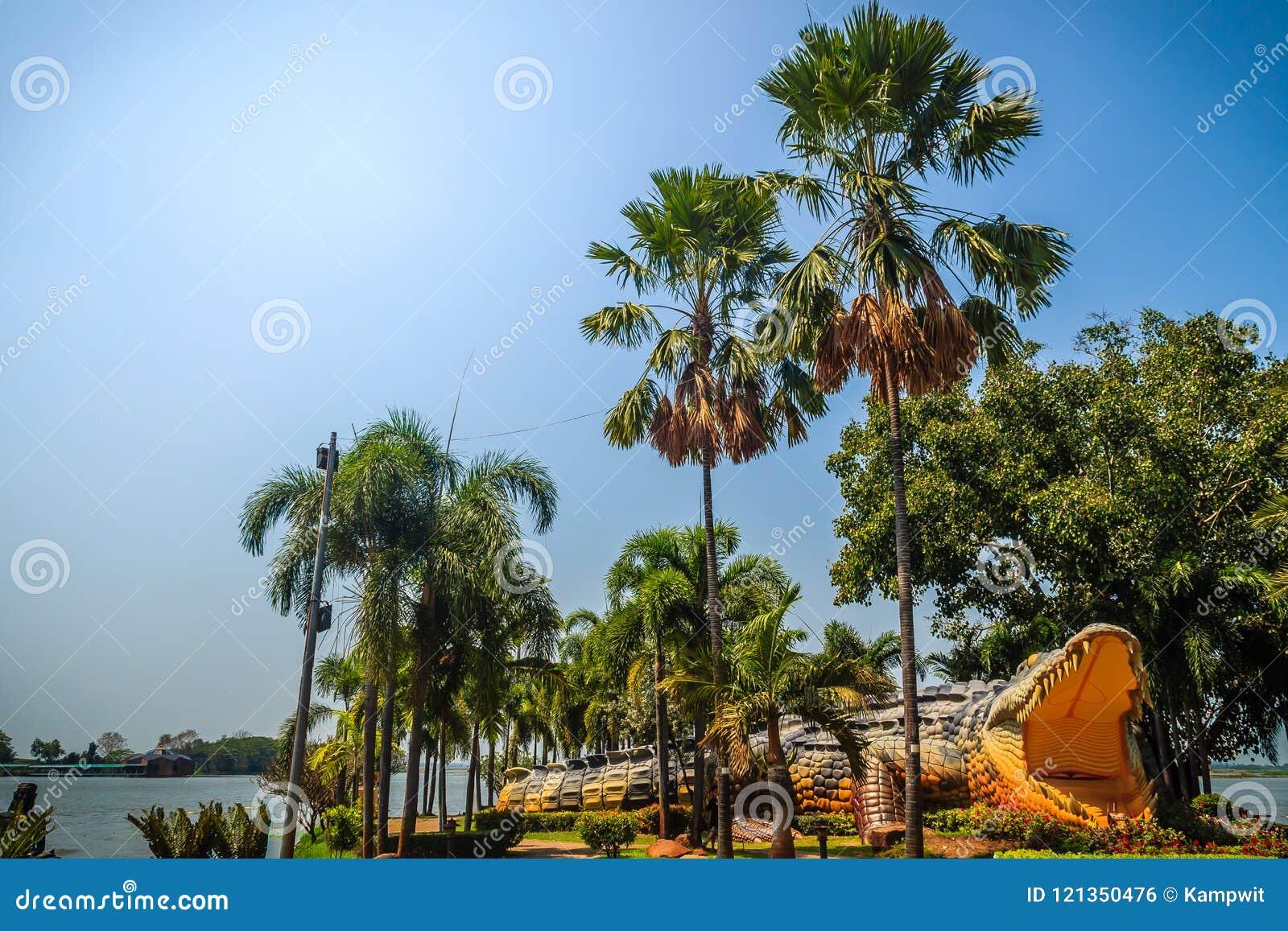 Eng Chalawan-krokodilstandbeeld bij Bueng-Si Fai, het openbare park met meer bij Muang-district, Pichit-provincie, Thailand Chala