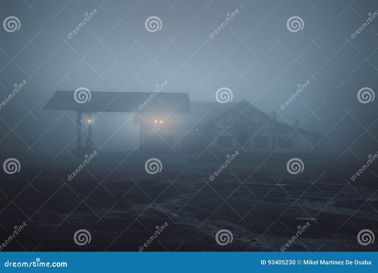 Eng oud benzinestation bij nacht