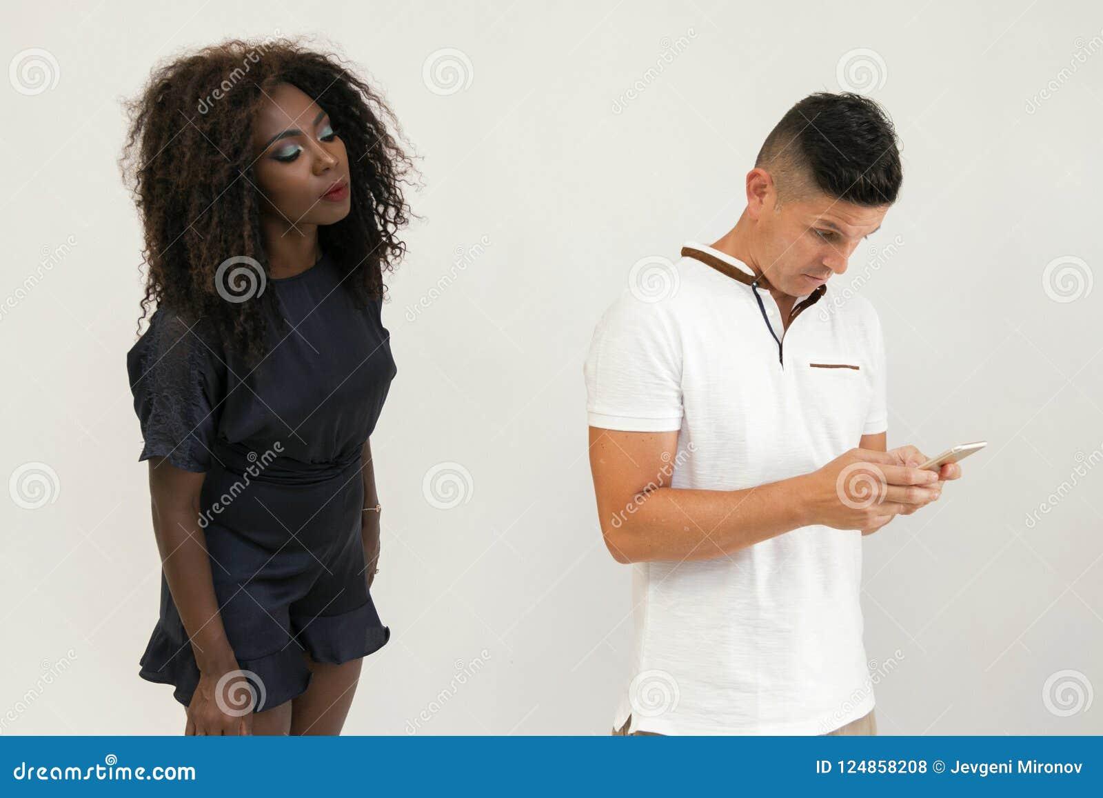 Engaño por el teléfono Familia de la raza mixta El hombre recibe un mensaje encendido