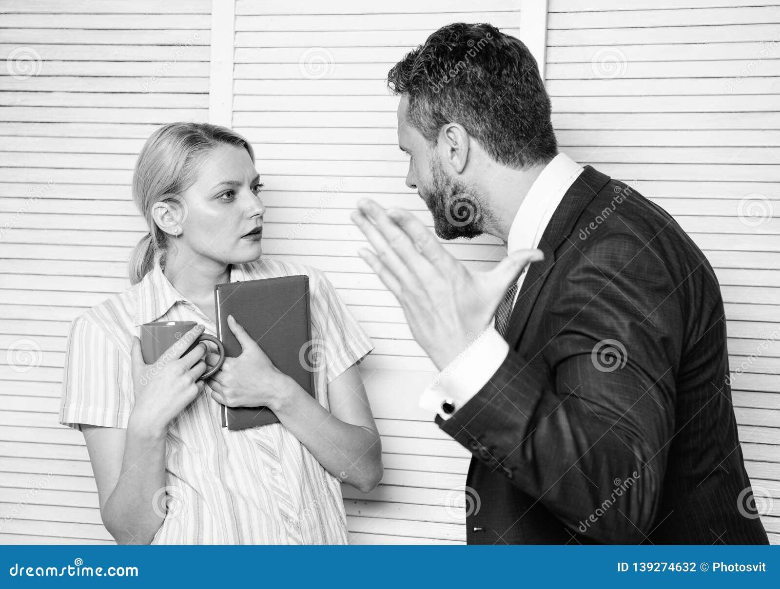 Engano entre colegas Preconceito e atitude pessoal com relação ao empregado Conversação ou discussão tensa no meio