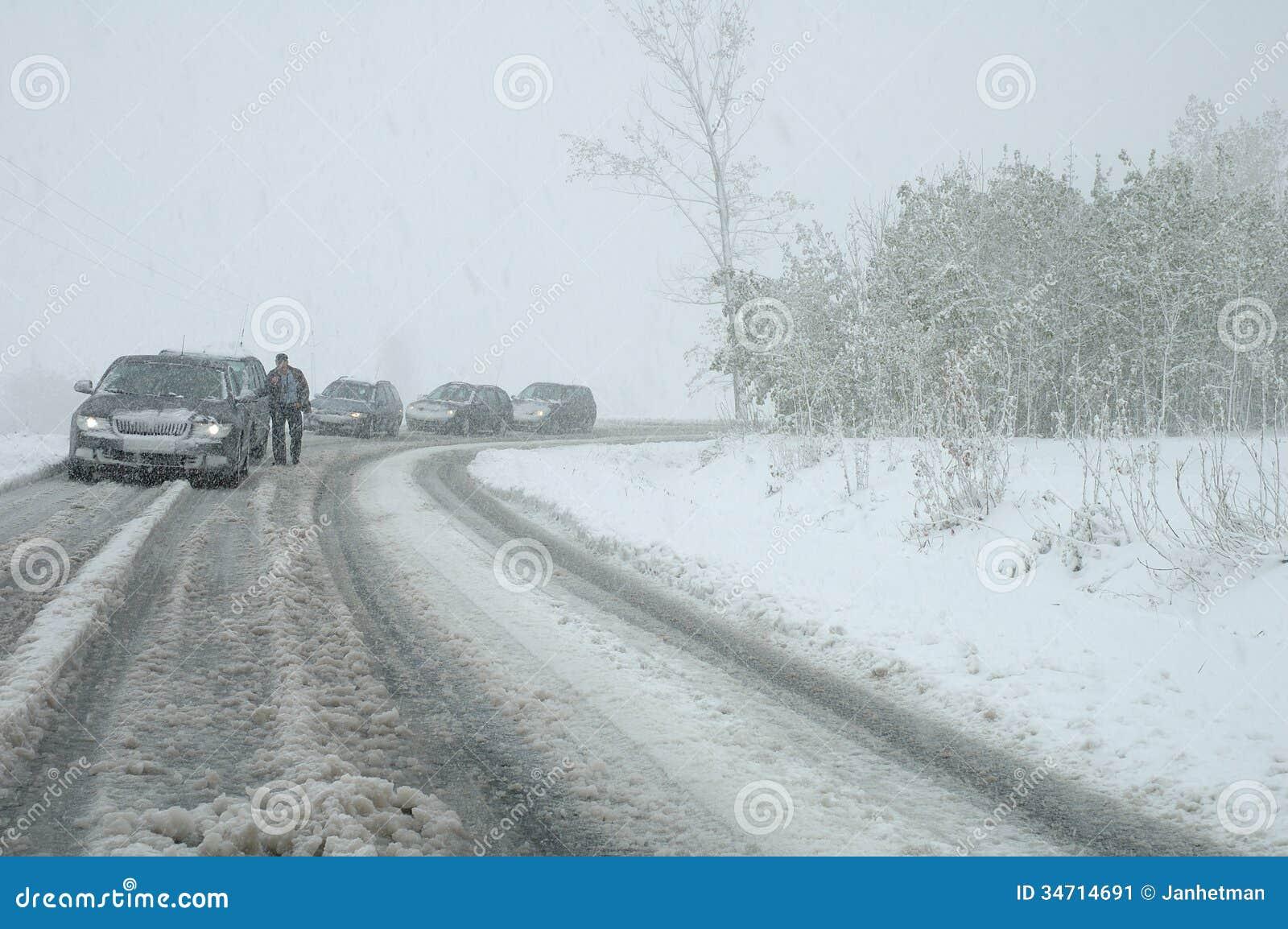 Engarrafamento na queda de neve pesada na estrada da montanha