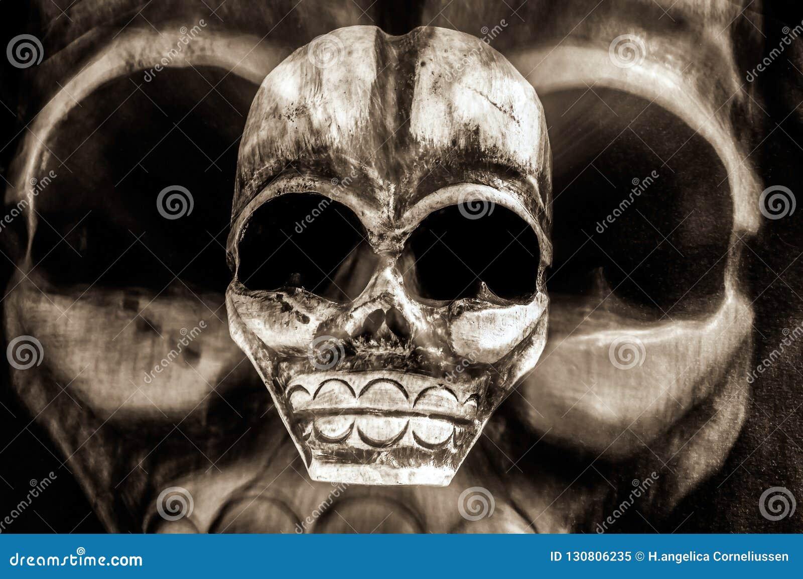 Enge dag van het de dode en stammenschedelmasker van Halloween - Concept gevaar, dood, vrees en vergift - Gotische griezelig