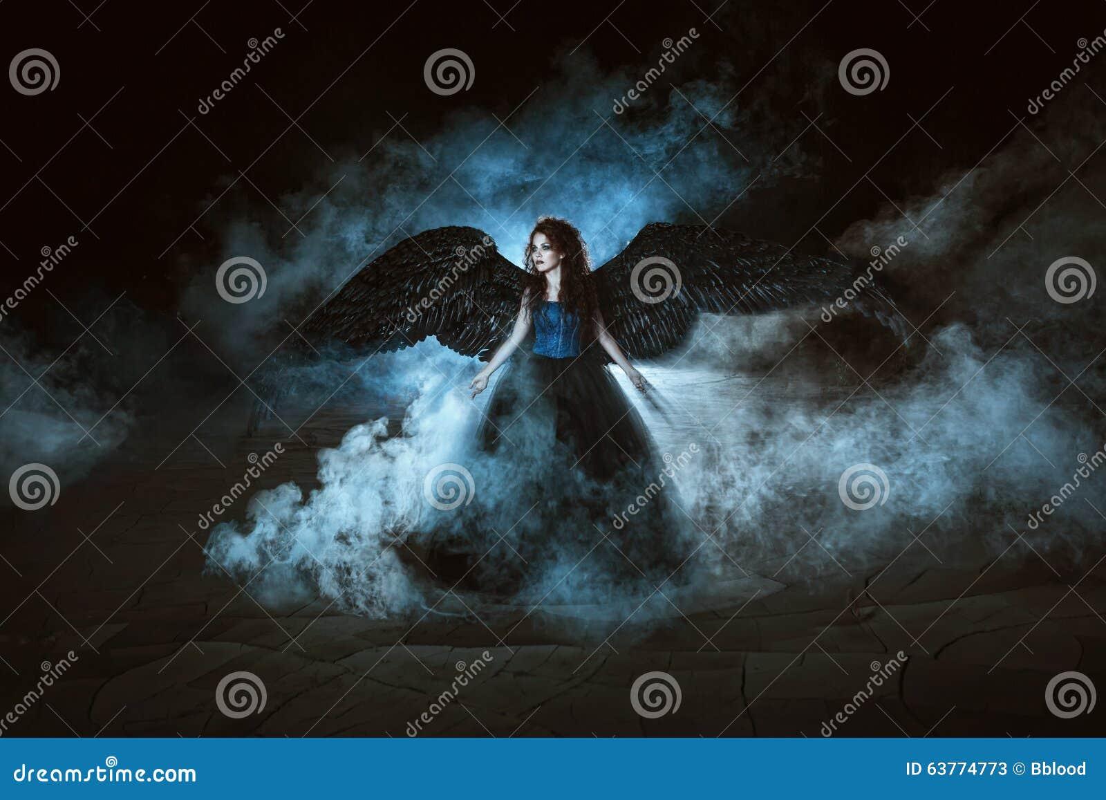 Engel mit schwarzen Flügeln