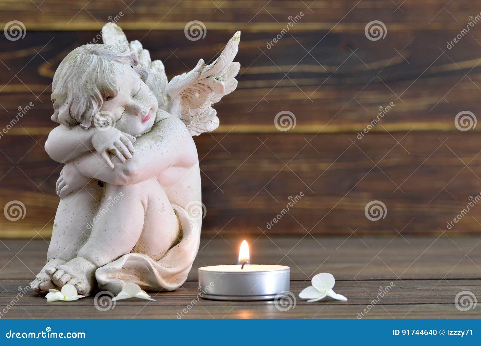 Engel und brennende Kerze