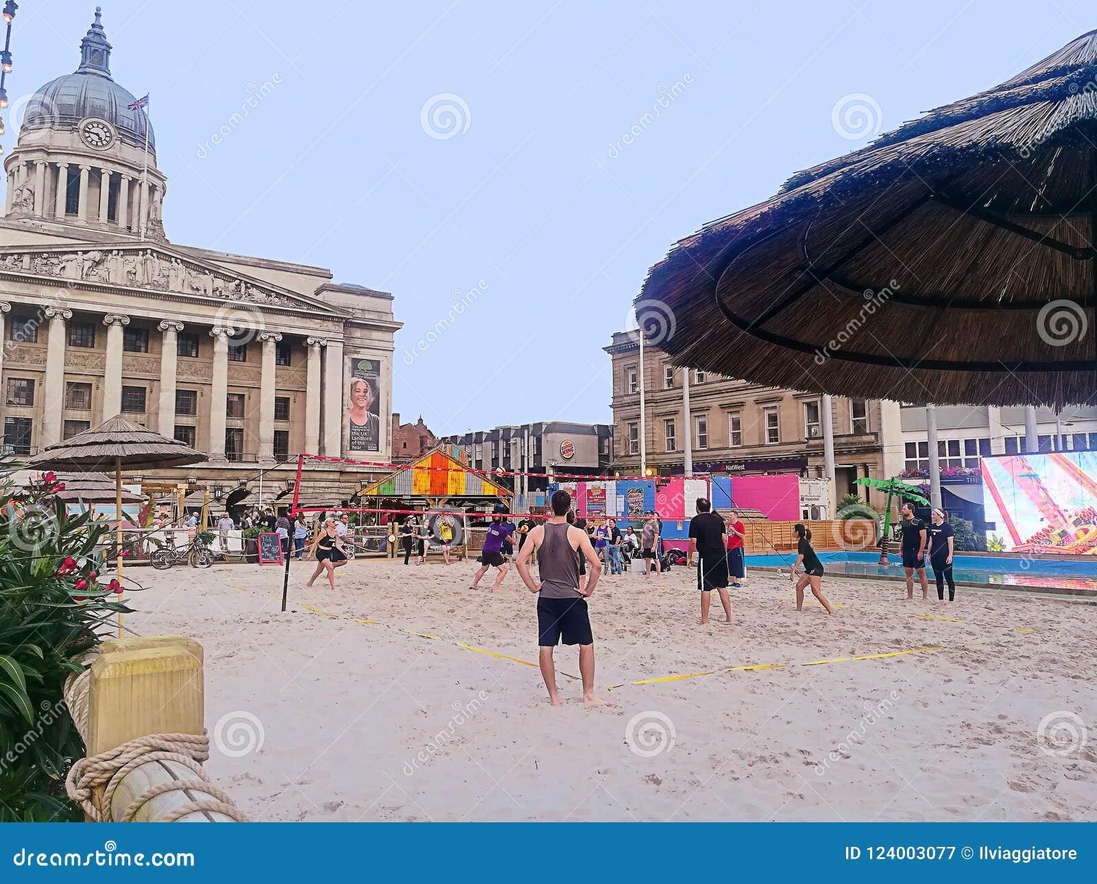 Engeland, strandvolleyball dichtbij het stadhuis van Nottingham