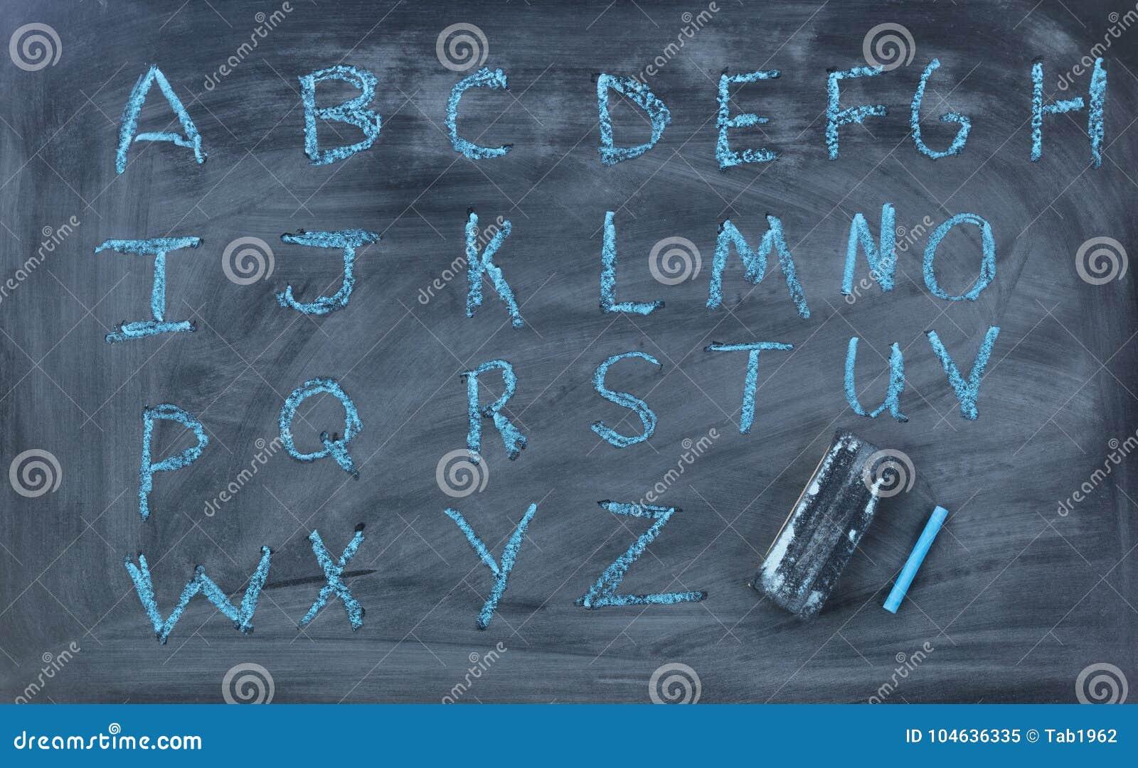 Download Engelse Die Alfabetbrieven Op Schoolbord Met Gom Worden Geschreven Stock Afbeelding - Afbeelding bestaande uit bord, engels: 104636335