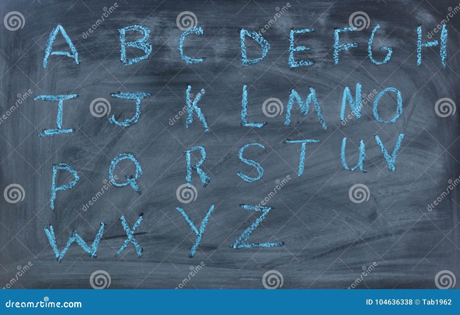 Download Engelse Die Alfabetbrieven Op Schoolbord Worden Geschreven Stock Foto - Afbeelding bestaande uit lees, klasse: 104636338