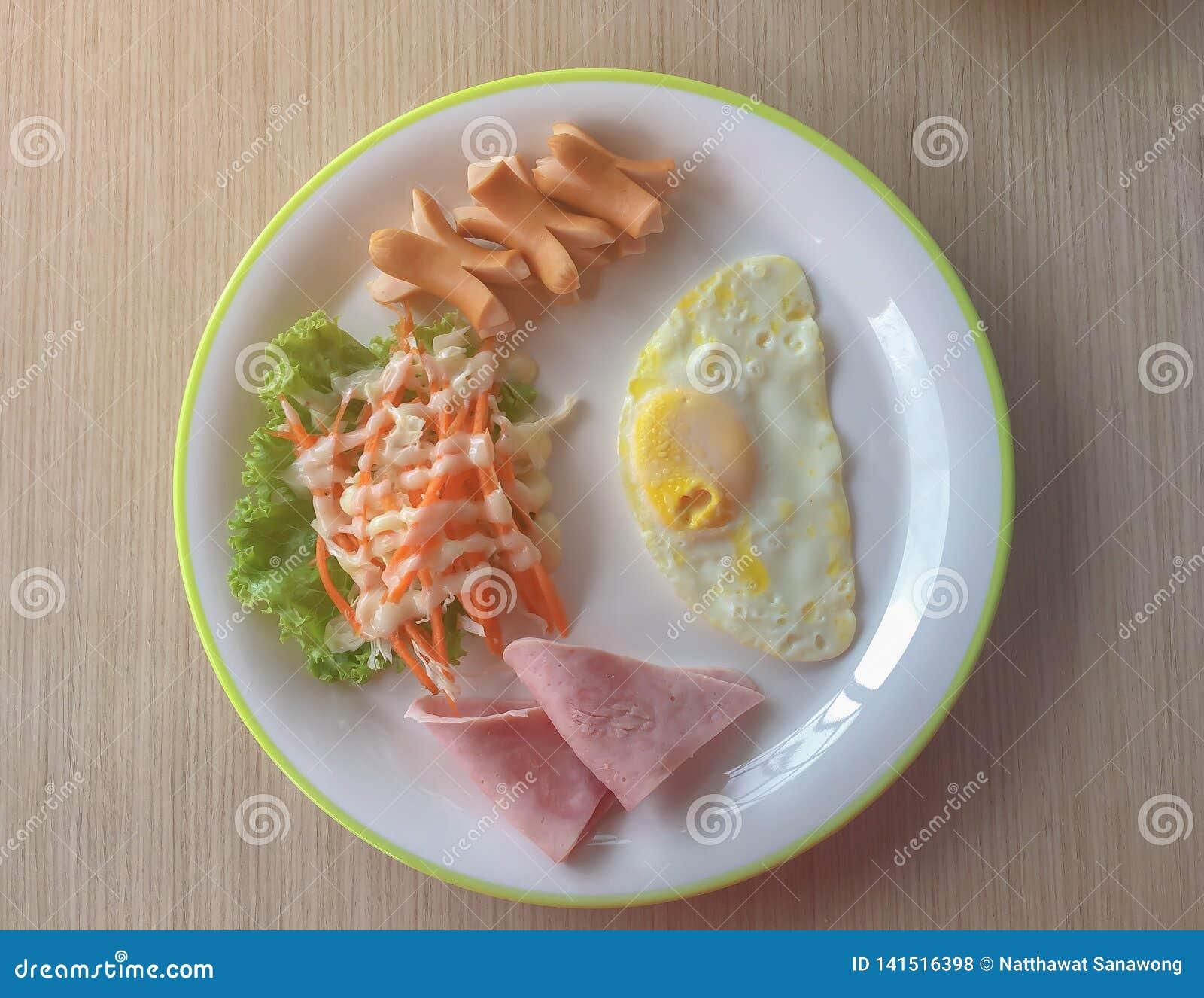 Engelska frukosten består av det stekte ägget, baconsallad