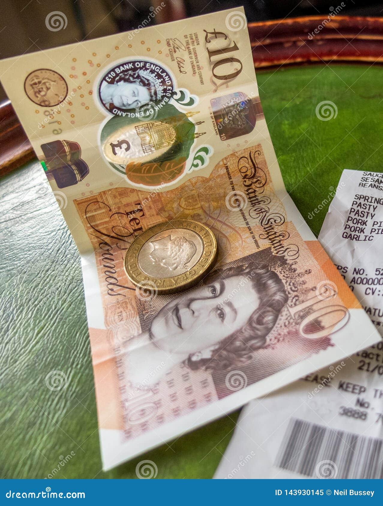 Engelskt moneycoins och sedel och shoppakvitto