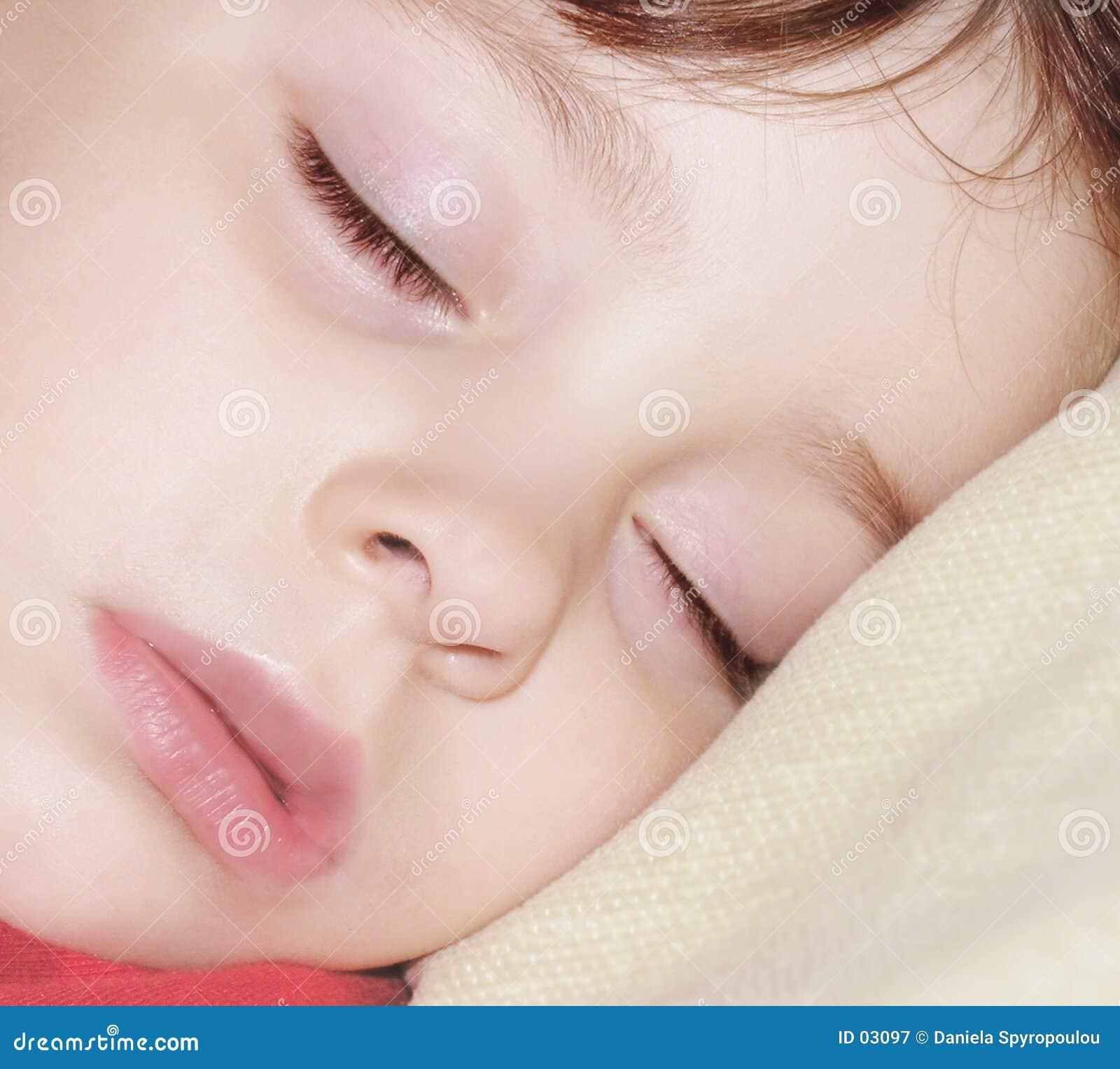 Download Engelsschlafen stockbild. Bild von mädchen, unschuld, familie - 3097