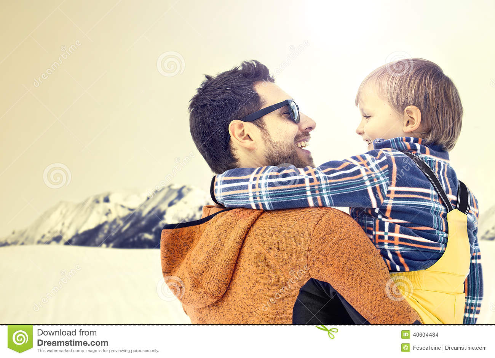 Engendre cuidar a su hijo a los paisajes del invierno del wanderfull, creciendo