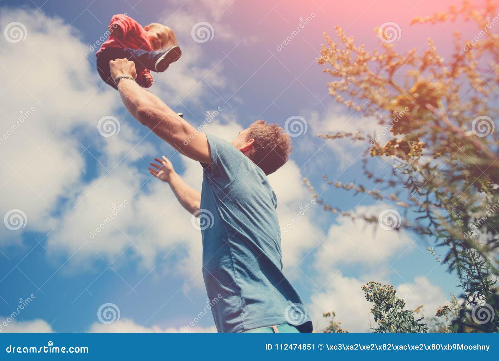 Engendre jugar y la cogida de su hija en el campo al aire libre
