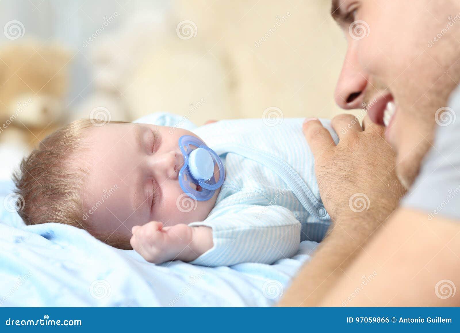 Engendre la observación a su bebé que duerme en cama