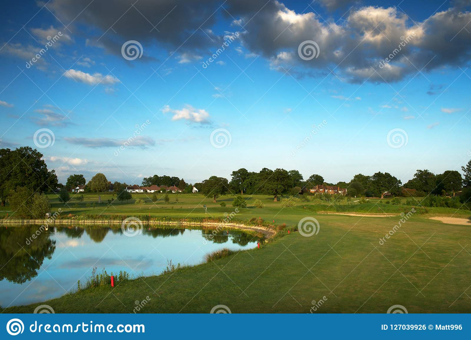 Englischer Golfplatz mit See