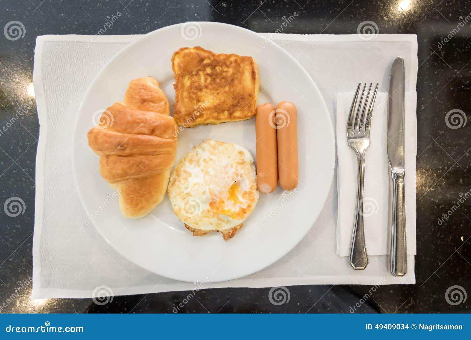 Download Englisches Frühstück Mit Spiegeleiern, Toast, Hörnchen Stockfoto - Bild von erdbeere, tabelle: 49409034