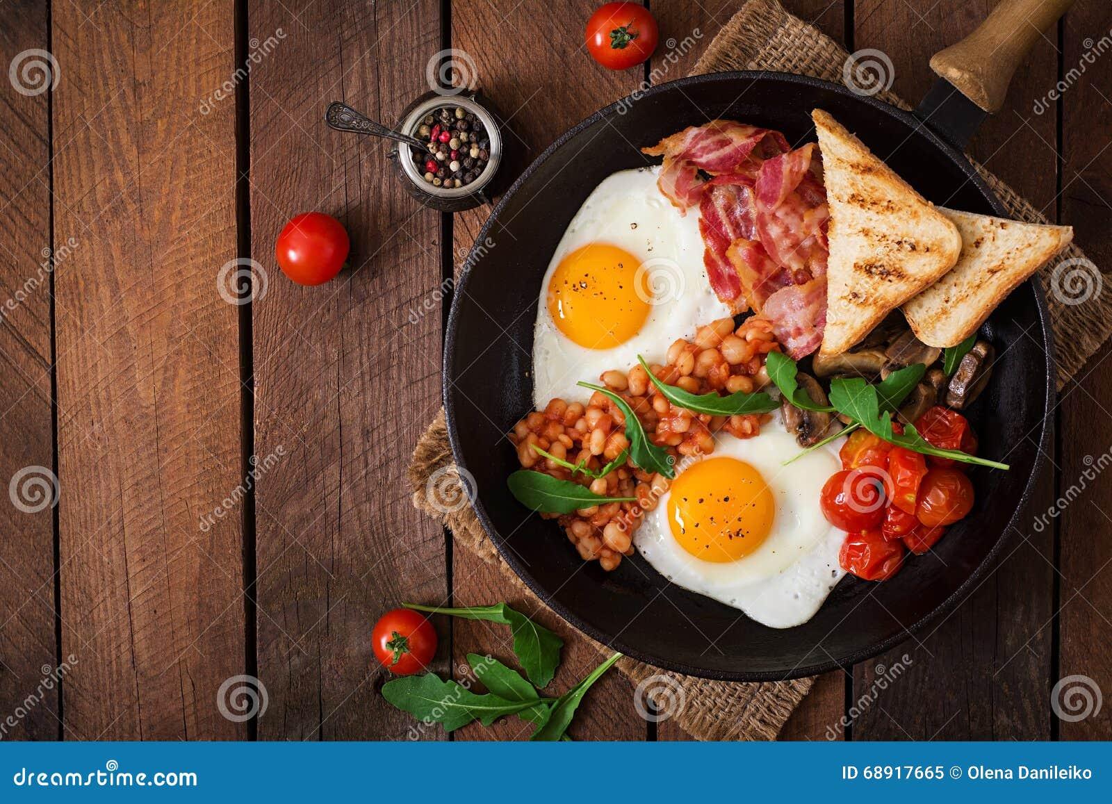 Englisches Frühstück - Spiegelei, Bohnen, Tomaten, Pilze, Speck und Toast
