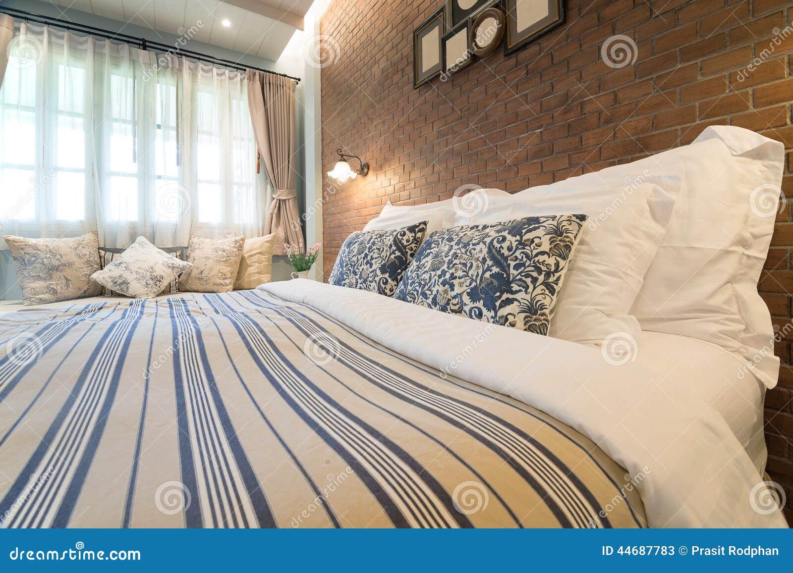 großes englisch-Ähnliches landschaft schlafzimmer stockfoto - bild