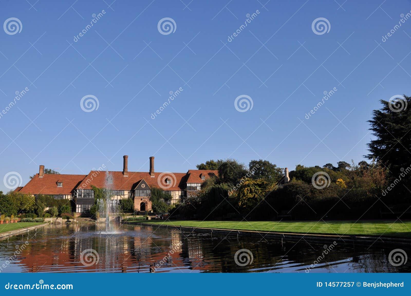 Englisches prächtiges Haus mit Brunnen