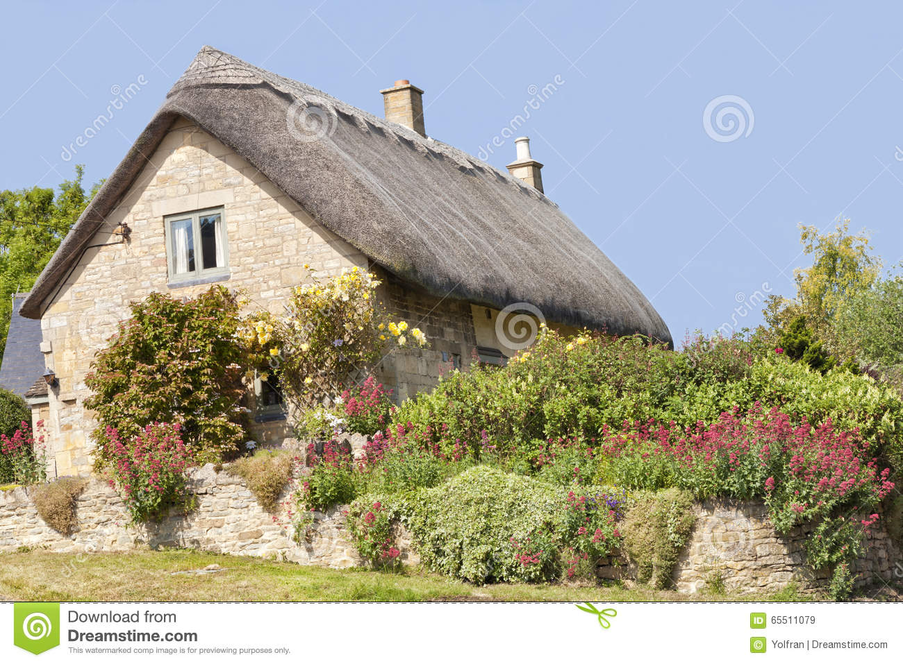 English Stone Cottage With Colourful Summer Garden Stock