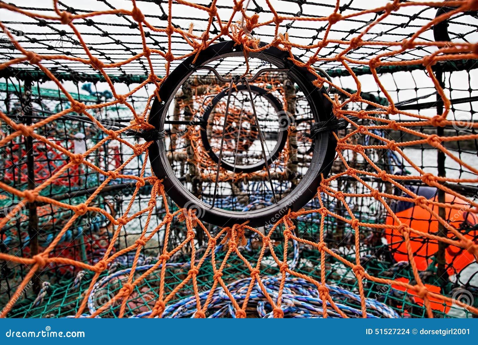 Engranaje de los pescados en el puerto