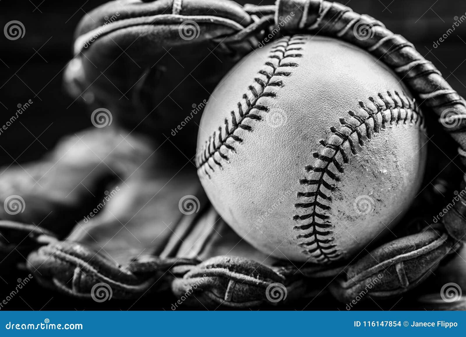 Engranaje del béisbol del vintage en un fondo de madera