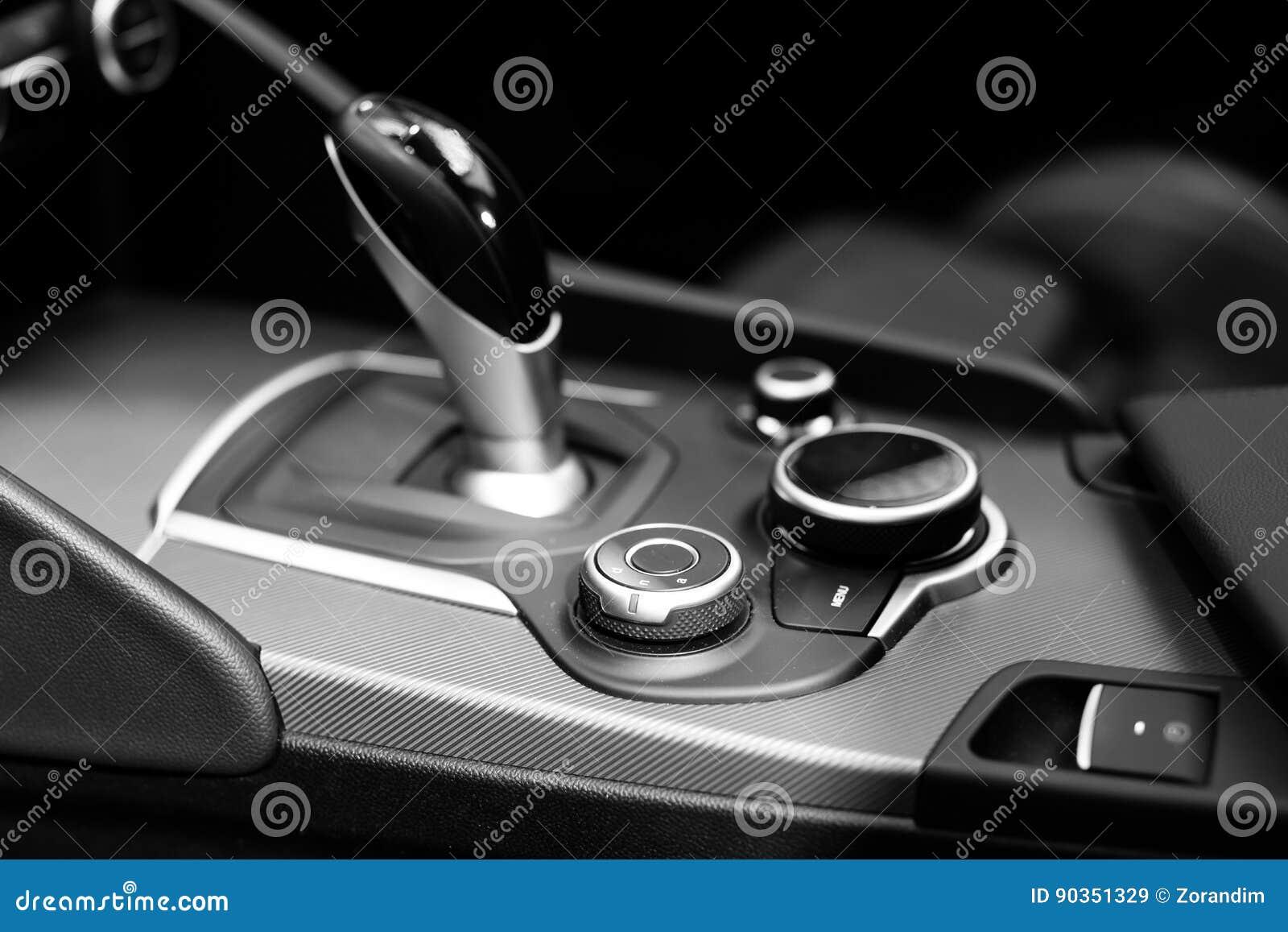 Engranaje moderno del cambio en interior de lujo del coche