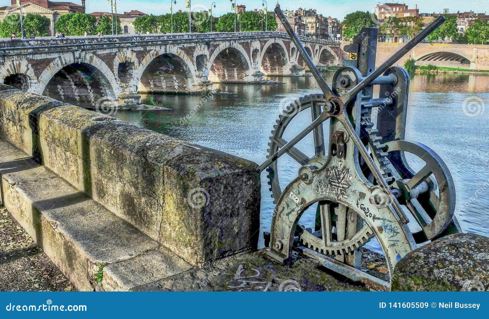 Engranajes de la cerradura en el río Garona, Toulouse, Francia, área de Pont Neuf