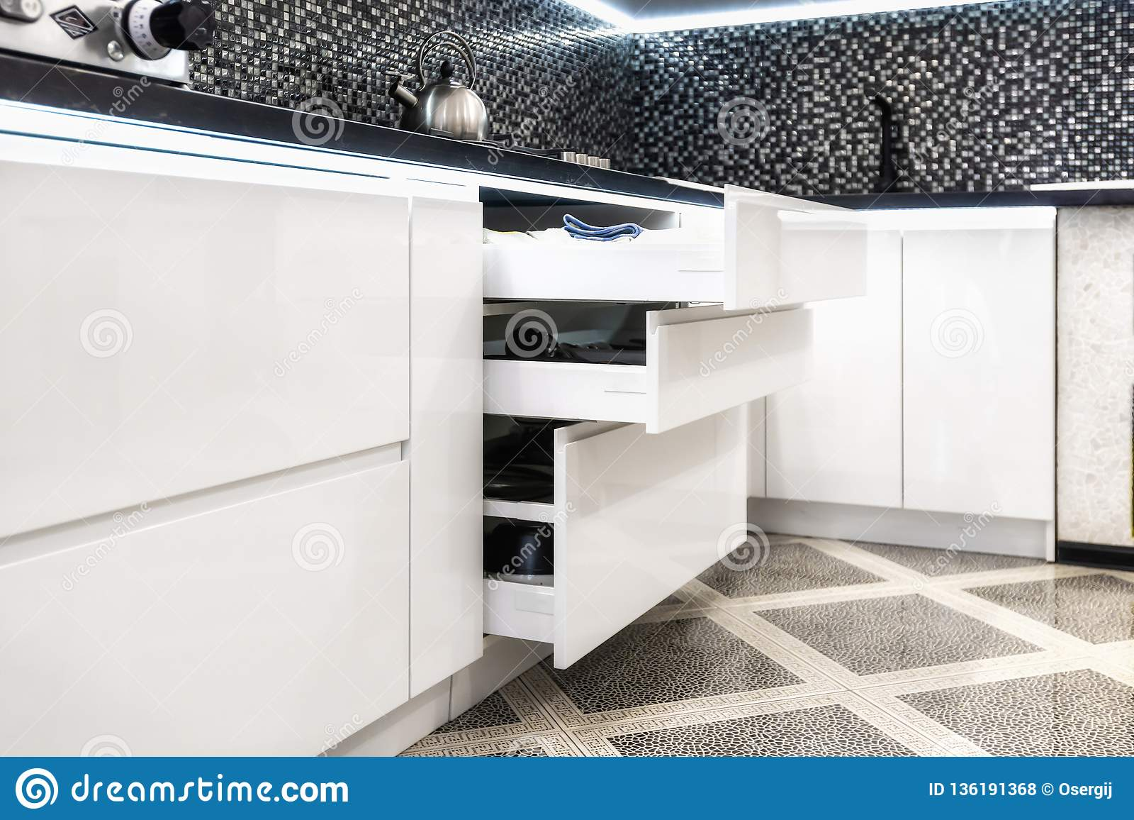Enhet med plattor i ett modernt kök