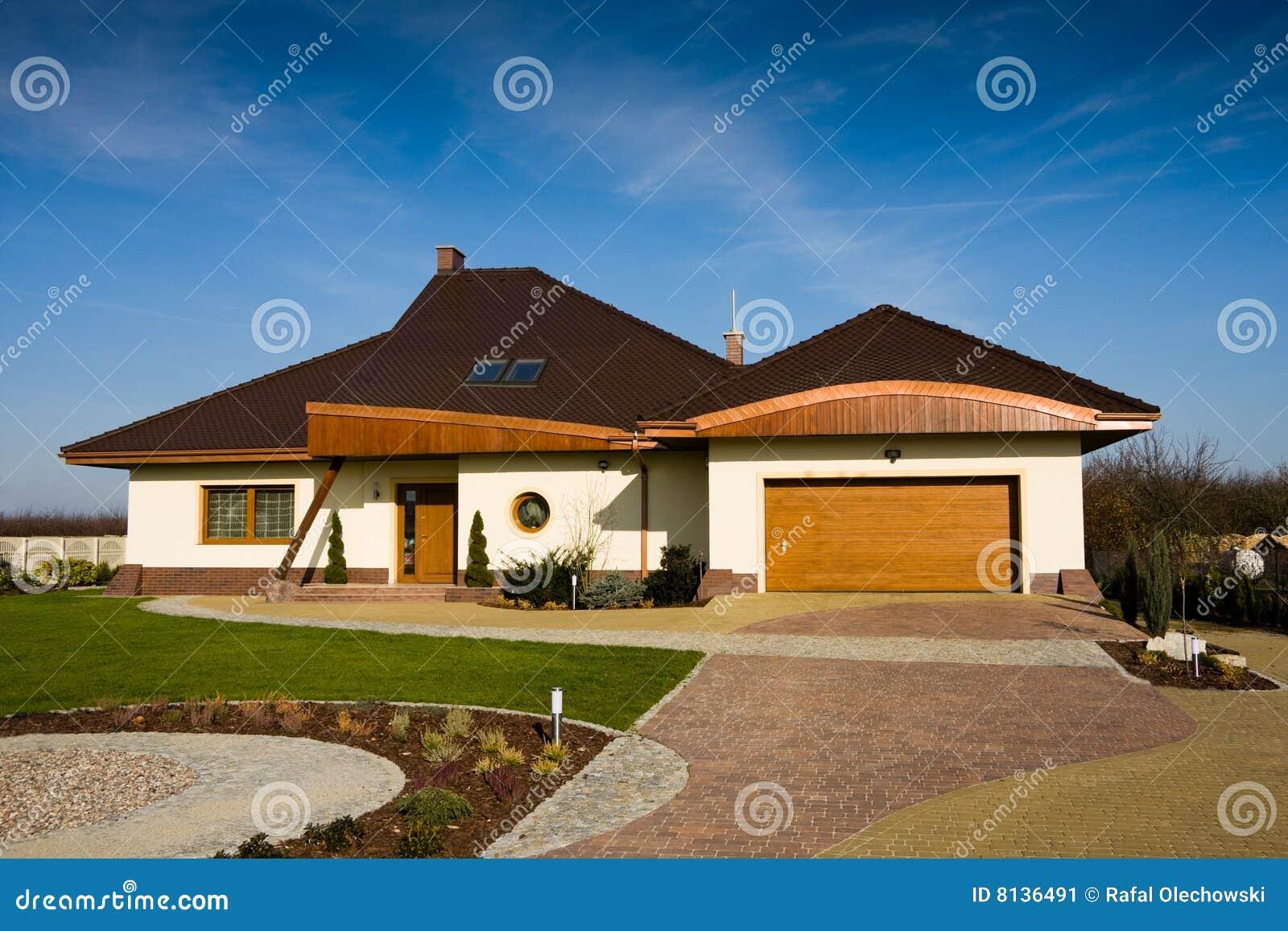 enig familie modern huis stock afbeelding afbeelding. Black Bedroom Furniture Sets. Home Design Ideas