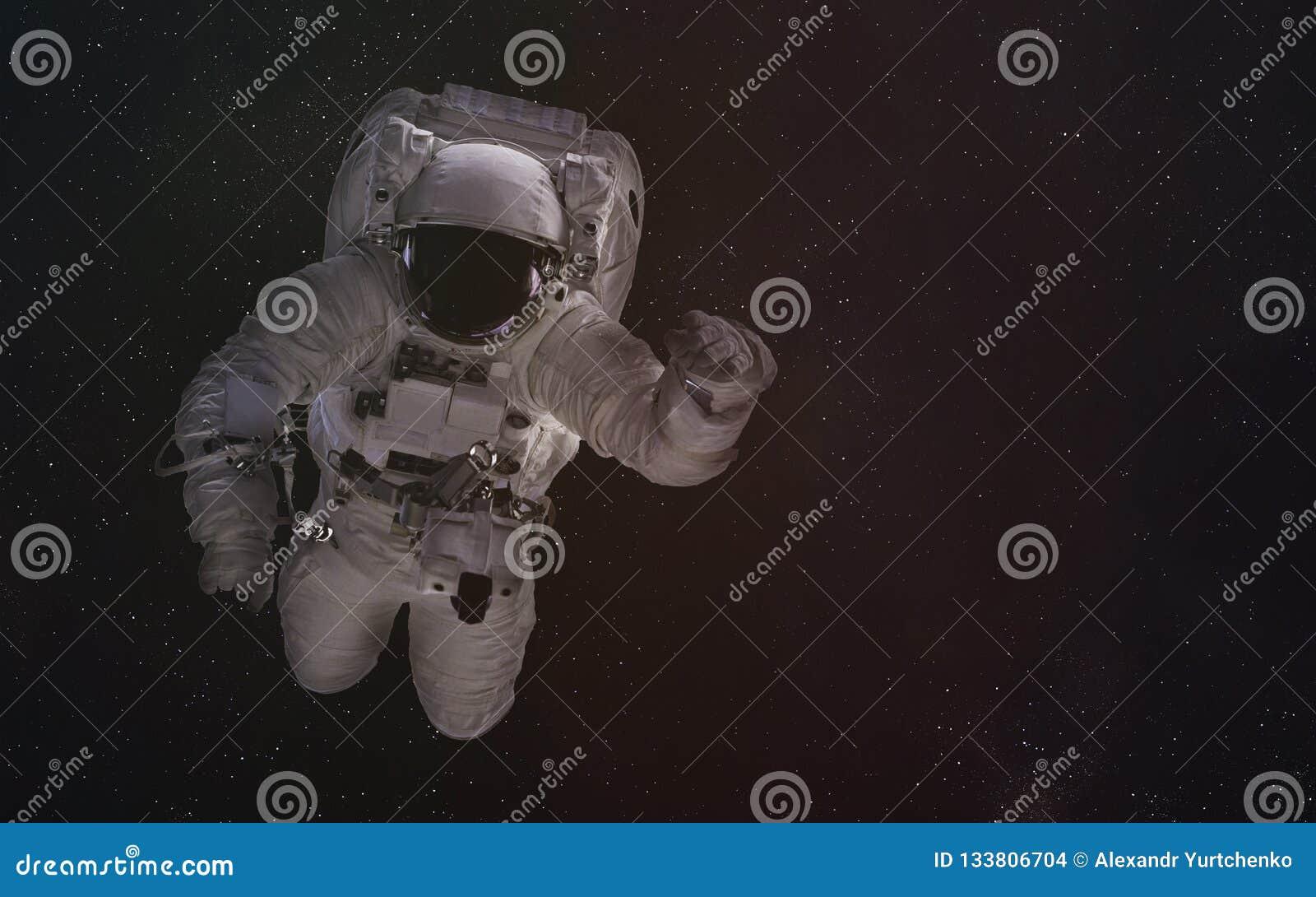 Enige astronaut in kosmische ruimte De elementen van dit beeld werden geleverd door NASA