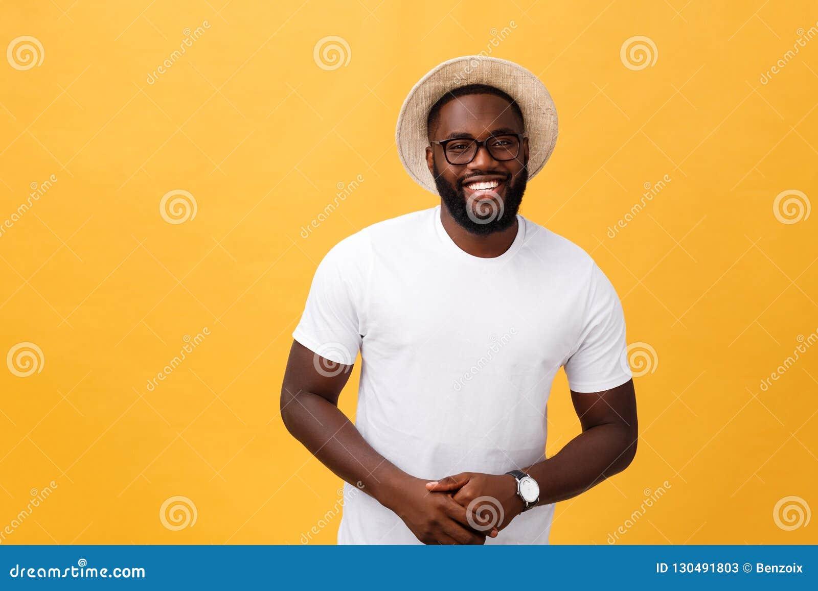 Enige knappe spier Zwarte mens met geschoren hoofd, gevouwen wapens en vrolijke uitdrukking