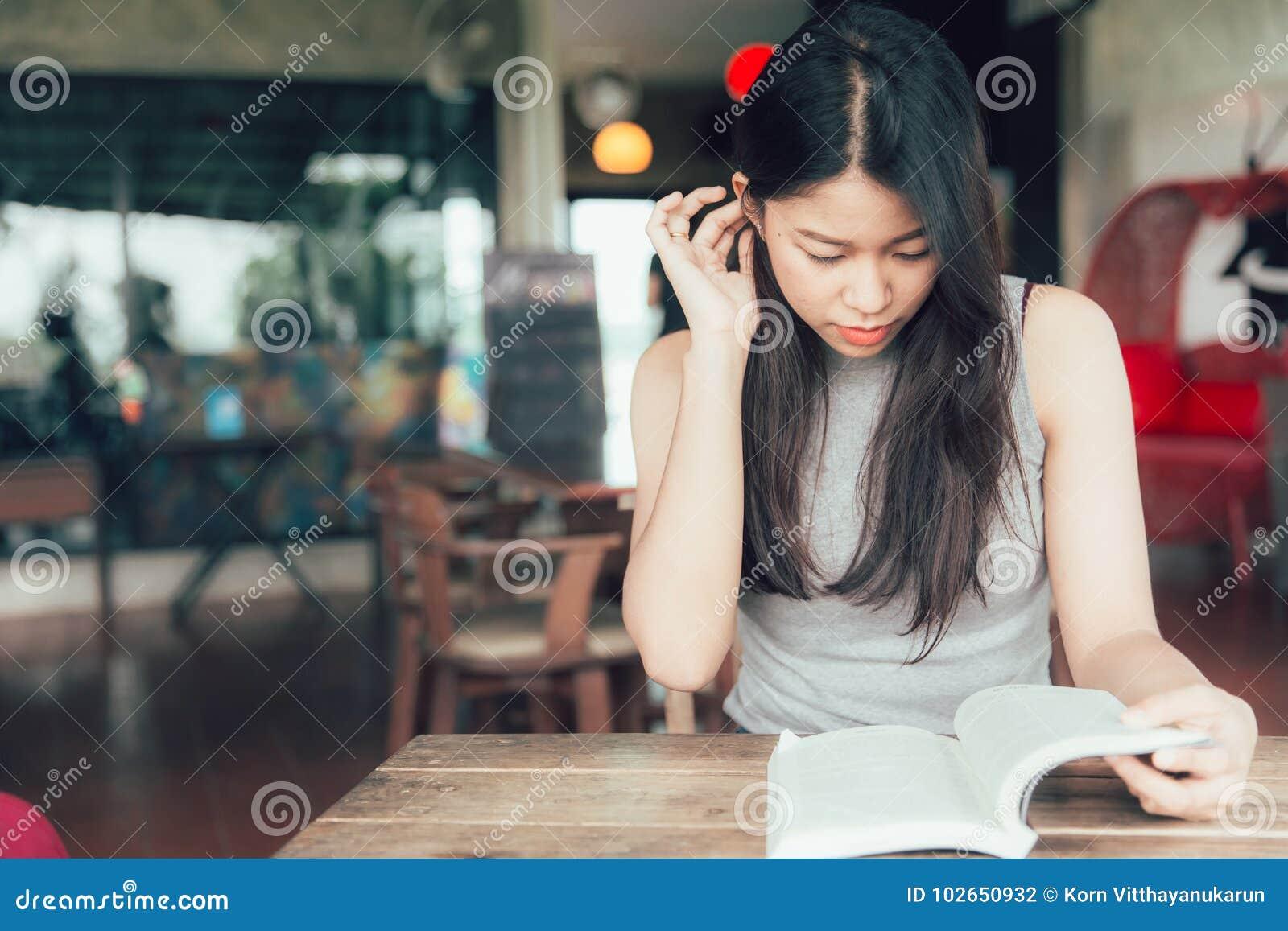 Enjoy si rilassa i periodi con le donne che asiatiche dei libri di lettura bello teenager tailandese legge un libro