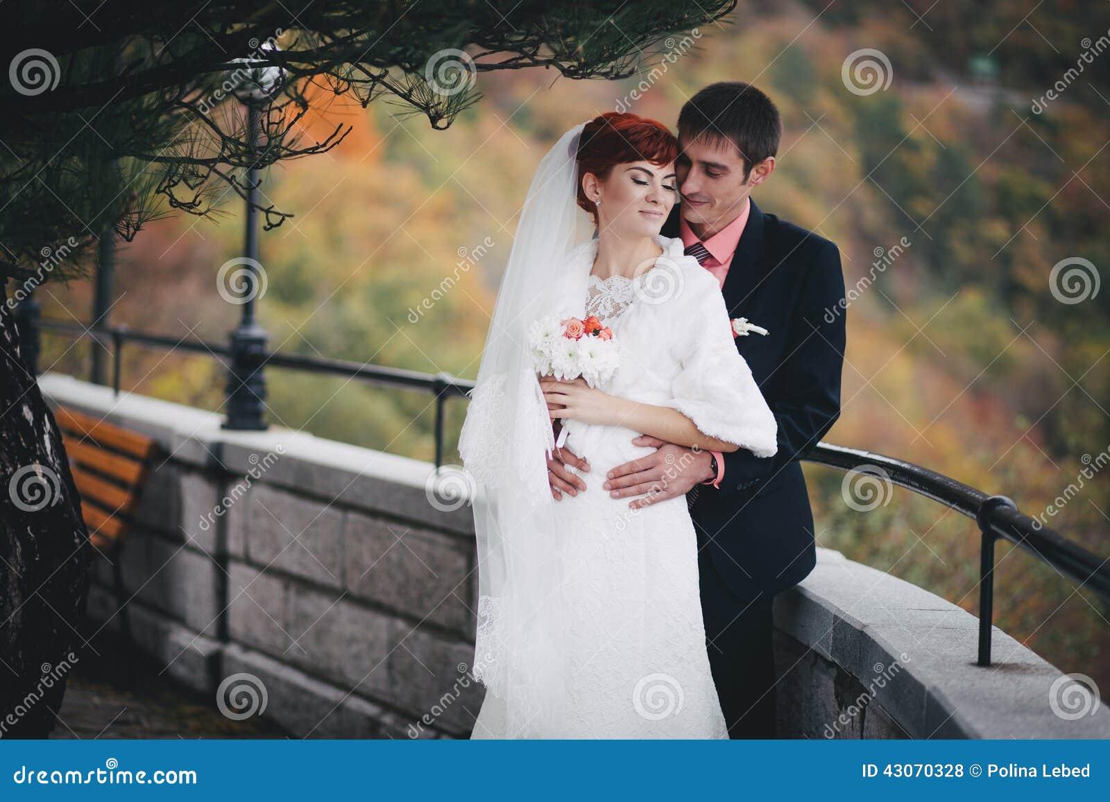 Enkel echtpaar het stellen in een de herfstpark