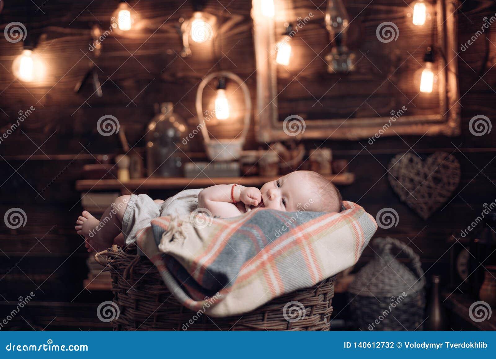 Enkel Geboren Familie Kinderverzorging De Dag van kinderen Portret van gelukkig weinig kind Klein meisje met leuk gezicht parenti