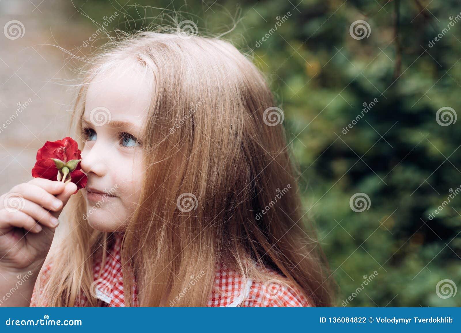 Enkel Geregend Kinderjaren De zomer Moeders of van vrouwen dag De Dag van kinderen Klein babymeisje Het nieuwe Concept van het Le