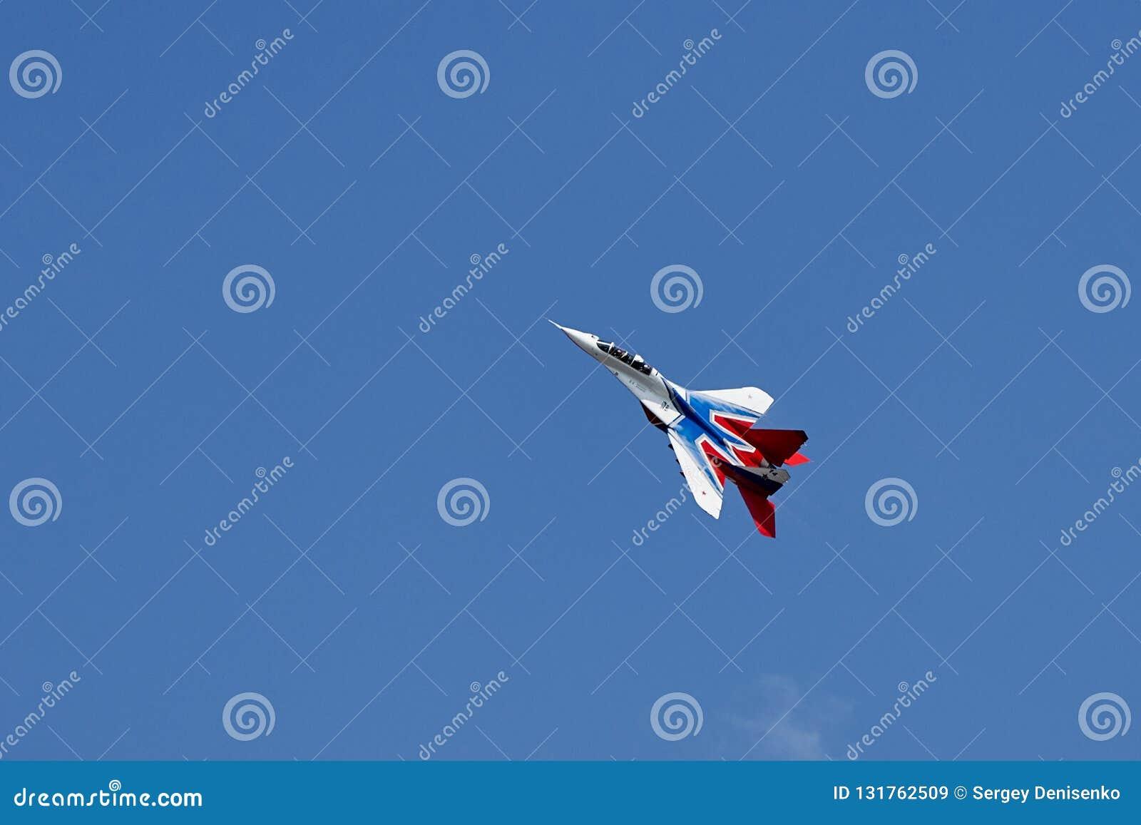 Enkel konstflygning av flygplanet MiG-29 på den klara blåa himlen av Gelendzhik