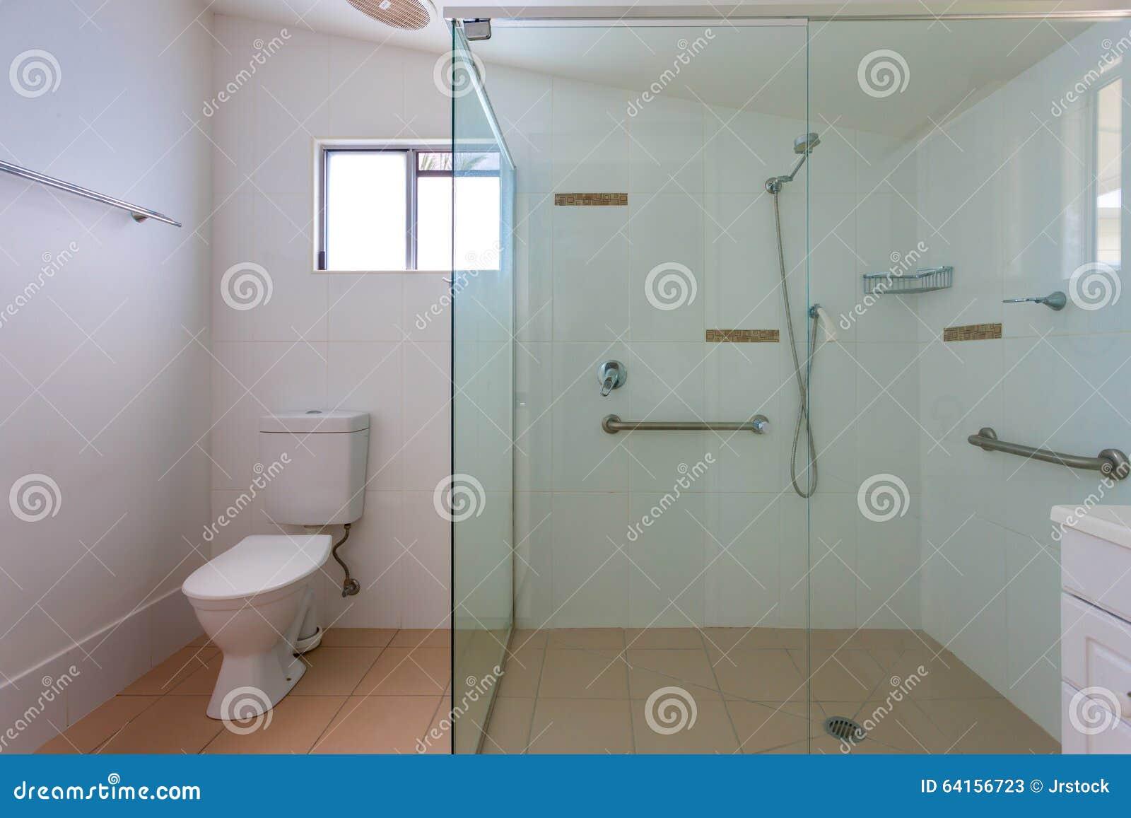 Enkelt badrum med en stor dusch arkivfoto   bild: 64156723
