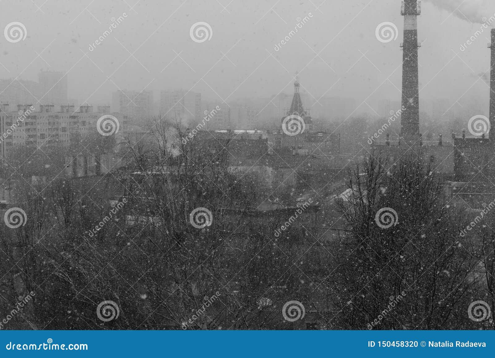 Ennuyer, paysage urbain noir et blanc sombre avec la neige, arbres, maisons et une église et une cheminée d usine C est la Russie