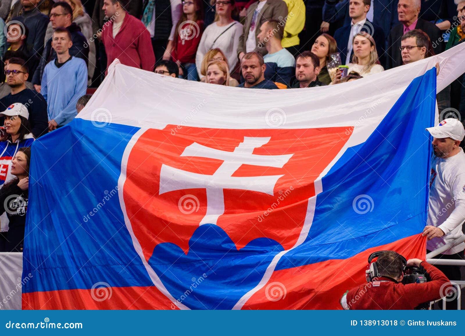 Enorm flagga av Slovakien på tribun
