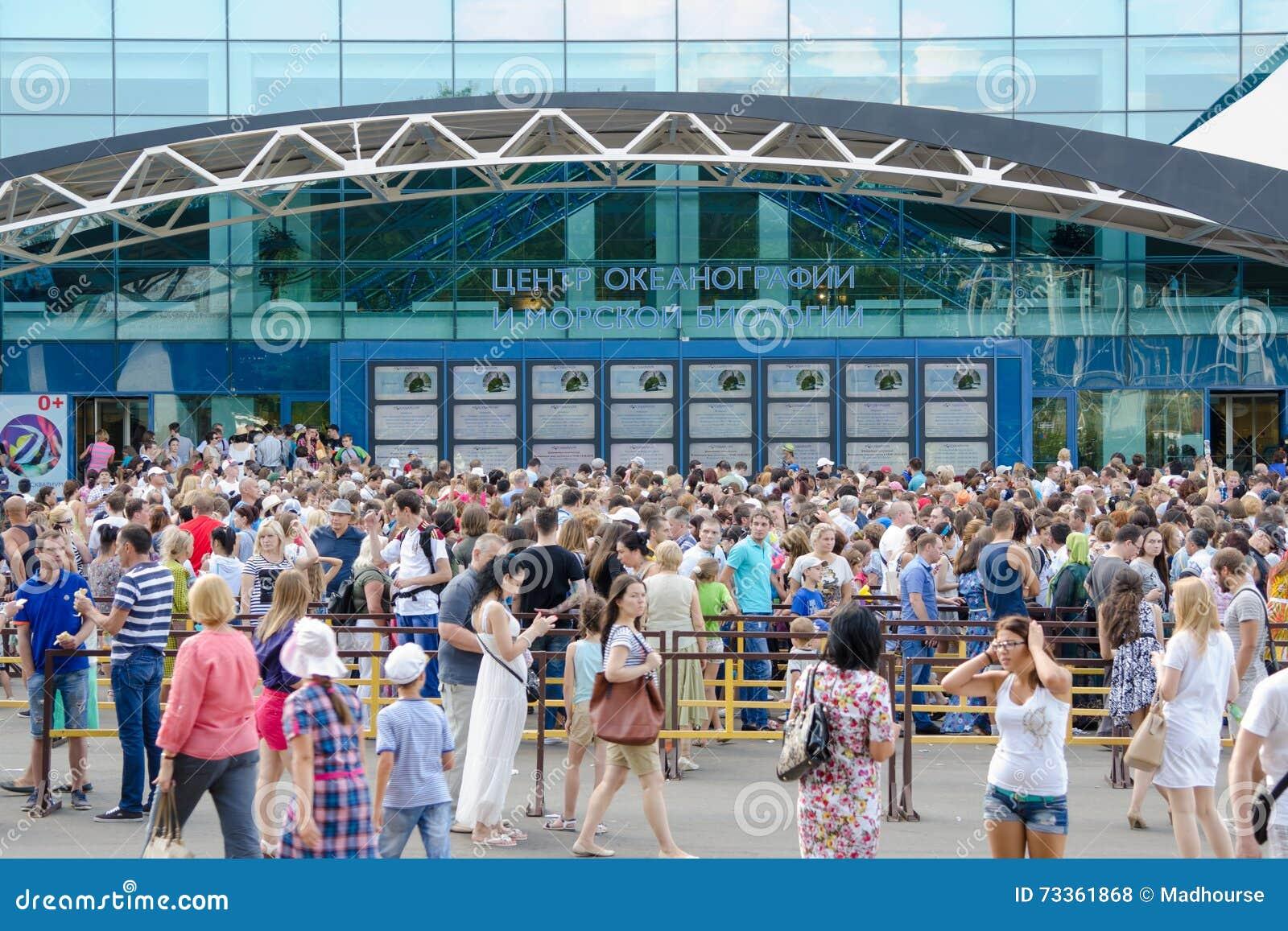 Enorm kö av folk på den huvudsakliga ingången in i den öppnade mitten för  oceanografi och 623ffd1e0042a