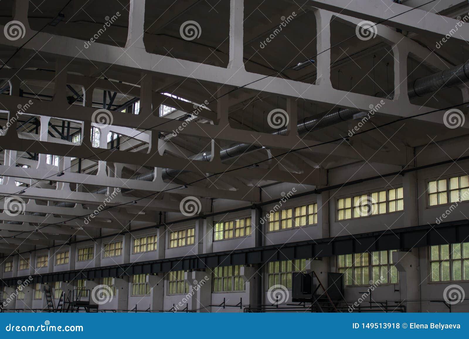 Enorm, produktionrum med Windows och strålar, sidosikt