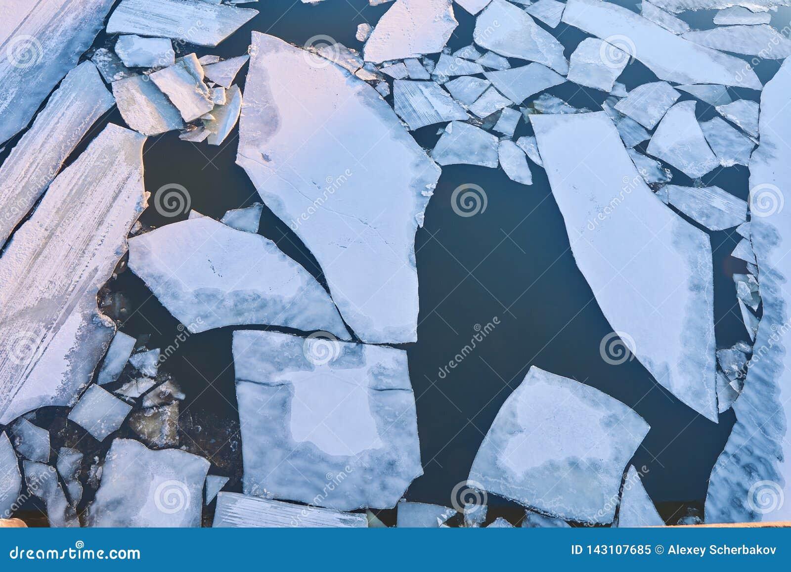 Enorma isisflak svävar på den Oka floden under isdrivan