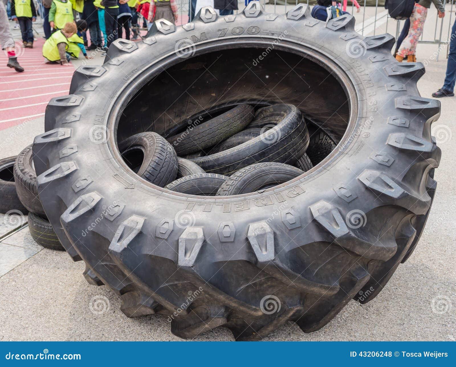 Download Enorma lastbilgummihjul redaktionell arkivfoto. Bild av militär - 43206248