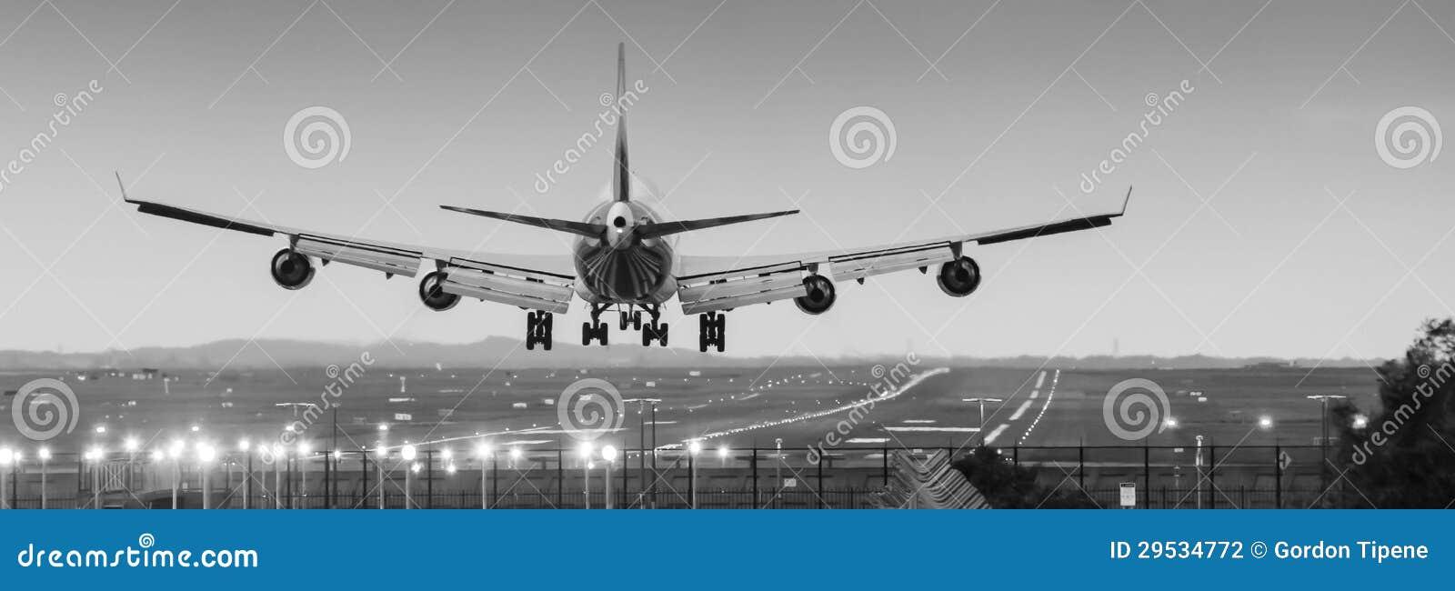 Enorme - aterragem do avião de passageiros do jato na pista de decolagem