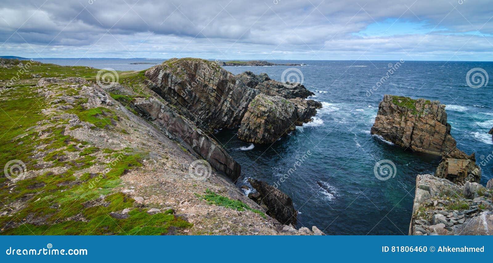 Enorme Felsen und Flusssteinzutageliegen entlang Kap Bonavista-Küstenlinie in Neufundland, Kanada